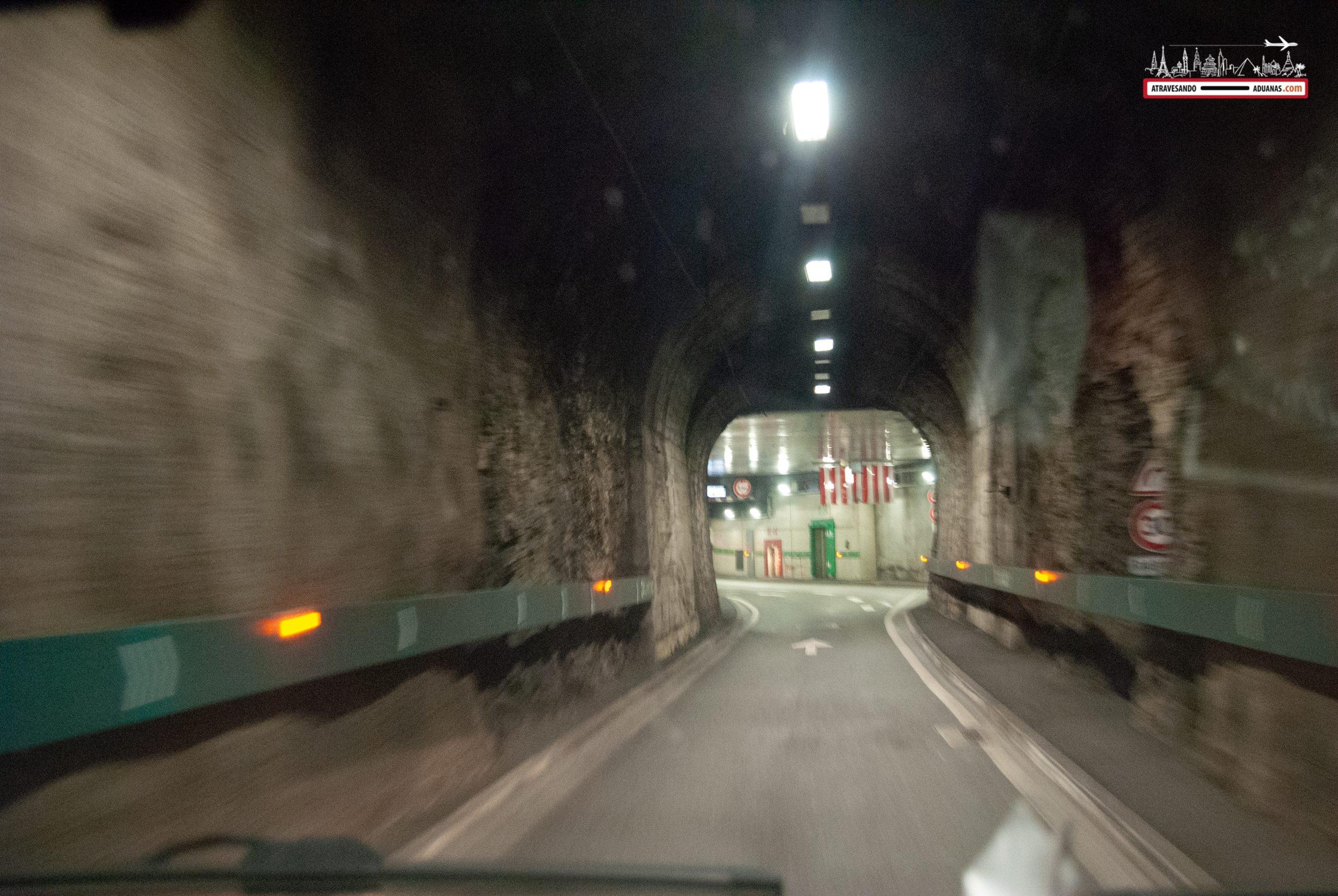 Uno de los largos túneles laberínticos de Mónaco