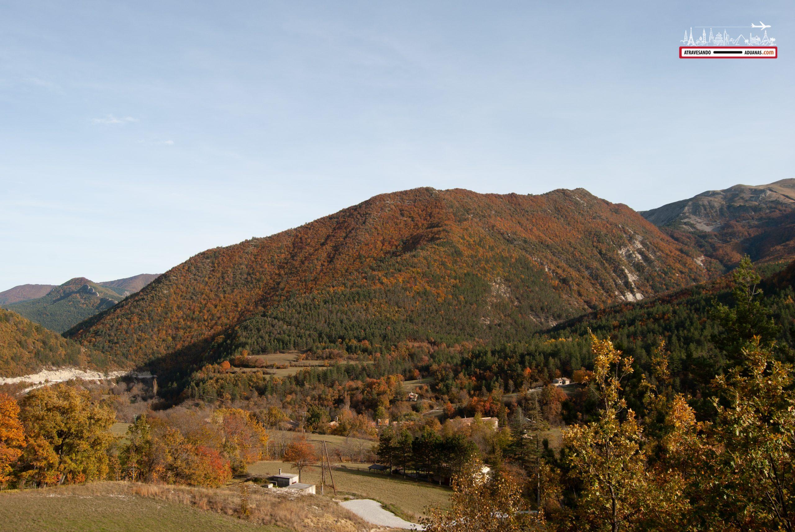 Montañas teñidas de otoño en Francia
