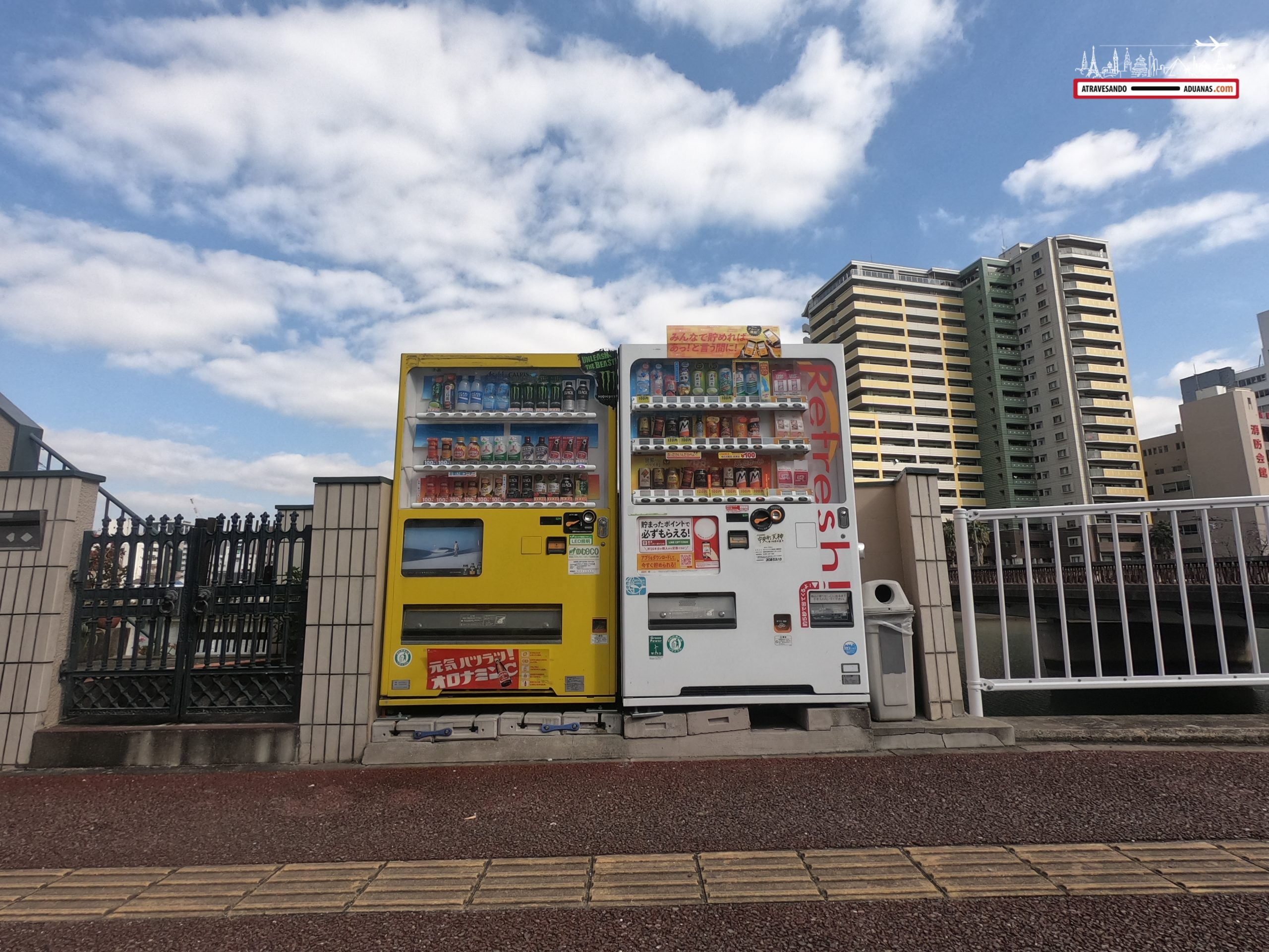 Maquinas expendedoras ante un canal de Fukuoka