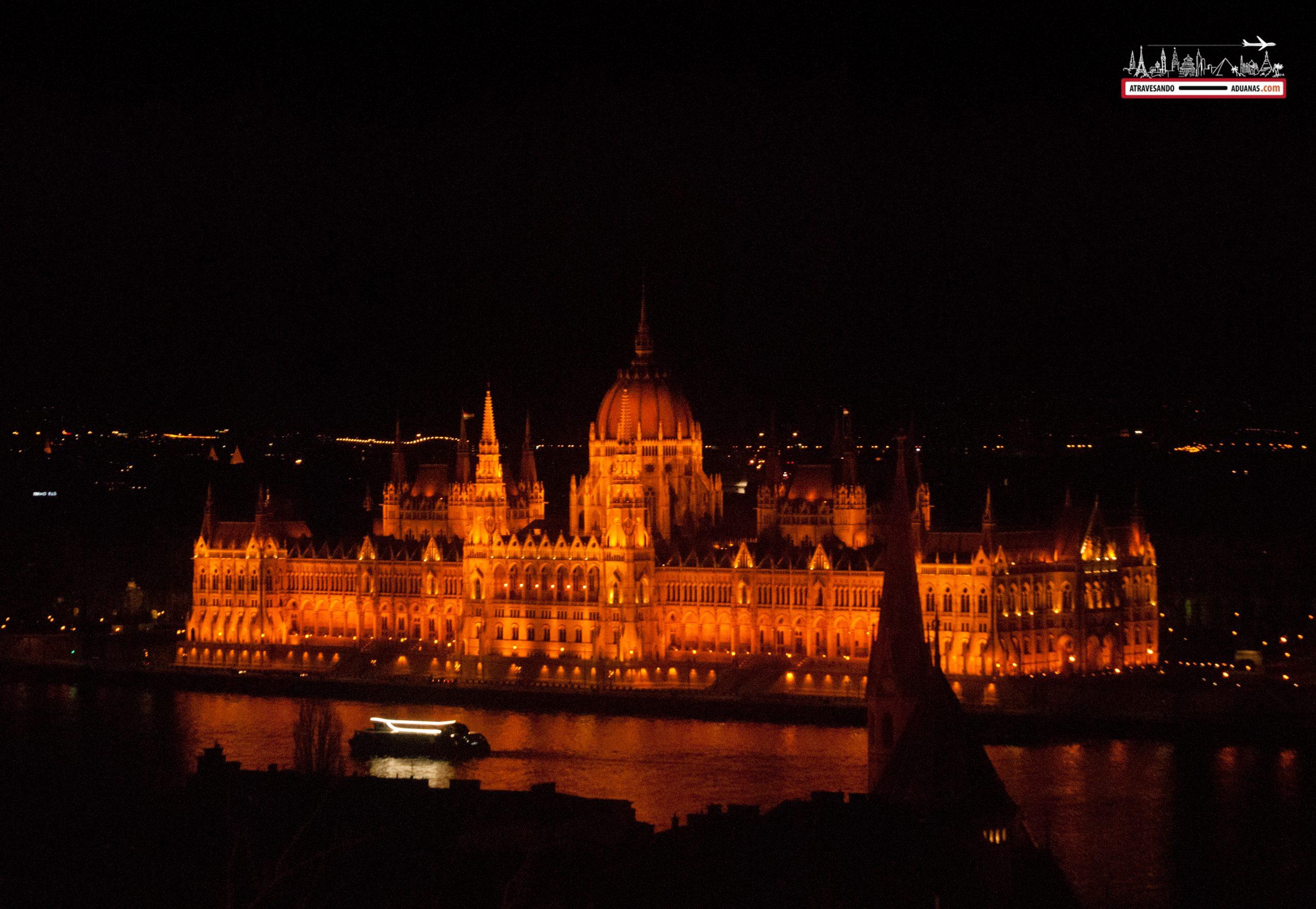 Parlamento de Budapest caída la noche